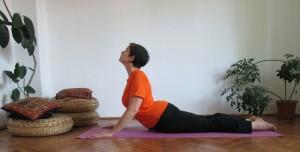 pozitia yoga cobra